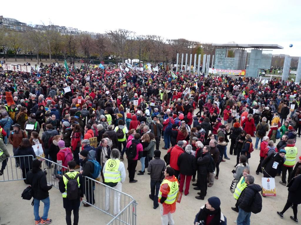 Manifestation pour la Justice Climatique, devant le Mur de la Paix