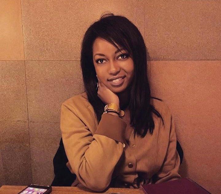 Contre le racisme, Juliette, une jeune femme noire sourit face à l'objectif.