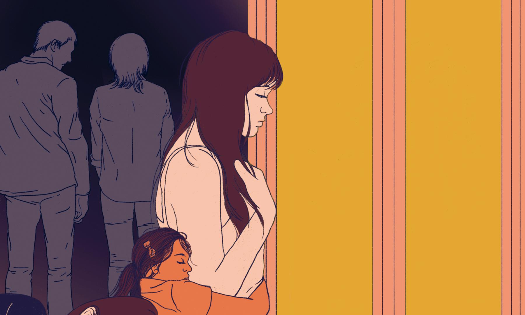 Jeune fille devant une fenêtre et des adultes